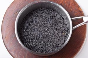 40 грамм мака тщательно промыть, залить приблизительно 150 мл воды. Довести до кипения и проварить 5 минут. Оставить под крышкой до охлаждения. Если в кастрюле после этого останется вода — слить её.