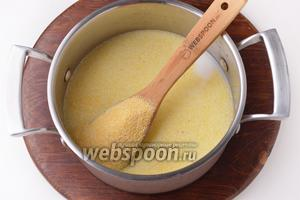 В кастрюле соединить кукурузную крупу (1/2 стакана), 1,5 стакана воды 1,5 стакана молока. На среднем огне, помешивая, довести до кипения. А затем готовить на небольшом огне, периодически помешивая, 20 минут.