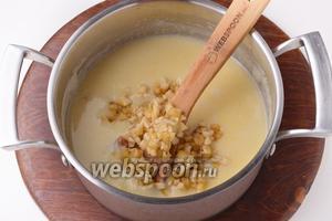 1 банан очистить, нарезать мелкими кубиками или размять и вмешать в кашу. Готовить, помешивая, ещё 2 минуты.