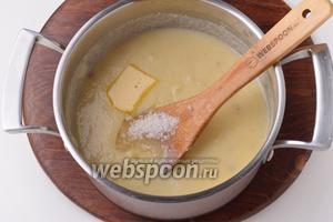 Добавить соль (3/4 ч. л.), сахар (2 ст. л.), половину сливочного масла (25 грамм). Перемешать и сразу же снять с огня. Оставить кашу под крышкой на 10 минут.