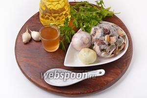 Для работы нам понадобятся белые замороженные грибы, белое сухое вино, подсолнечное масло, репчатый лук, чеснок, соль, петрушка.
