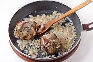Добавить 300 грамм замороженных белых грибов (грибы перед заморозкой были промыты, просушены и нарезаны средними кусочками). Готовить, помешивая, 15 минут.