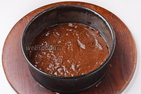 Форму (диаметром 18 см) застелить пергаментом. Выложить тесто в форму и разровнять его.