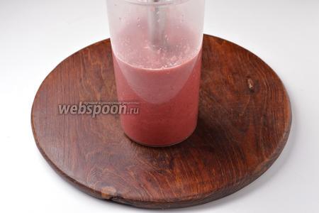 В чашу блендера поместить 600 грамм вишни с соком и 100 мл воды, измельчить блендером.