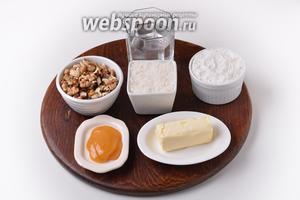 Для работы нам понадобится мука, сахар, ледяная вода, сливочное масло, грецкие орехи, мёд.
