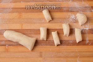 Охлаждённое тесто тоже разделить на 12 частей (воспользуйтесь весами).