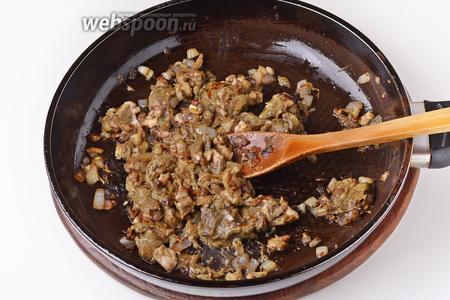 Лук очистить, нарезать кубиками 70 грамм и обжарить на подсолнечном масле (20 мл) до прозрачности. Добавить 250 грамм белых грибов и готовить, помешивая, 15 минут. Приправить солью (0,3 ч. л.), охладить.