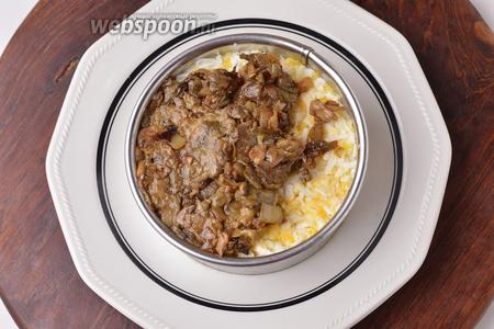 На сыр выложить половину яиц, а на них — грибы с луком. Смазать сверху тонким слоем майонеза.