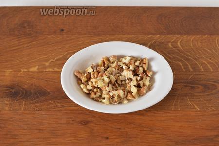 Грецкие орехи (2 ст. л.) нарубить средними кусочками.