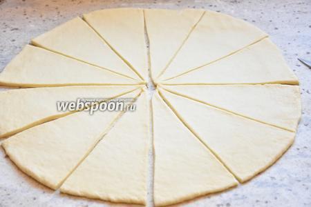 Каждую из частей раскатать в круг, толщиной 5 мм. Разделить круг острым ножом на 12 секторов.