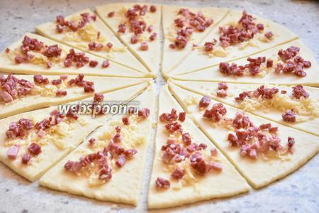 В качестве начинки можно использовать любой сыр, колбасные и мясные изделия, ветчину, бекон... 250 грамм колбасных изделий (в моём случае салями) нарезать мелким кубиком, 250 грамм сыра натереть на тёрке. Выложить часть начинки на тесто.