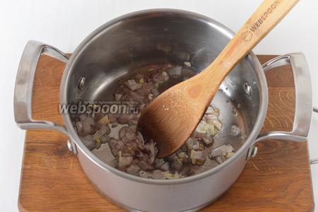 Лук и чеснок очистить. 75 грамм лука нарезать кубиками, а чеснок (1 зубчик) — пластинками. Обжарить овощи в толстостенной кастрюле на подсолнечном масле (2 ст. л.) до прозрачности.