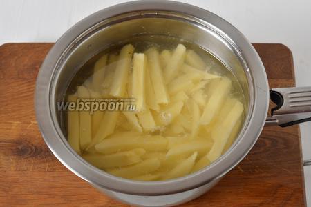 Картофель 250 грамм очистить, нарезать брусочками, как на картофель фри. Выложить картофель в кипящую воду, проварить 1 минуты и сразу сцедить воду.