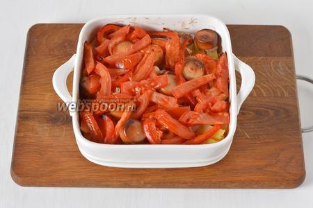 После этого выложить сверху нарезанные небольшими кусочками помидоры (80 грамм), посыпать солью по вкусу и готовить ещё 5 минут.