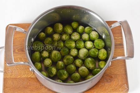 Брюссельскую капусту 300 грамм промыть, отрезать утолщения на концах кочанчиков. Отварить в подсоленной воде 7-8 минут. Отвар слить.