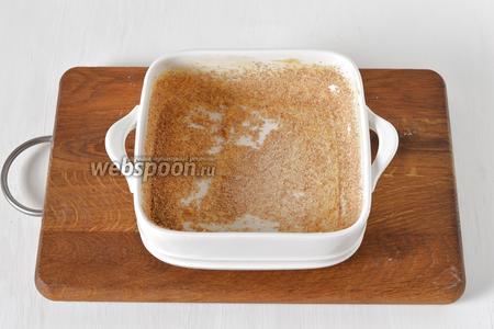 Форму (размером 13х13 сантиметров) смазать сливочным маслом (1 ст. л.) и посыпать сухарями (1 ст. л.).