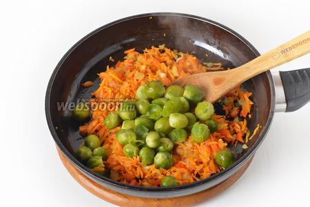 Добавить к овощам подготовленную брюссельскую капусту. Перемешать и готовить 2-3 минуты.