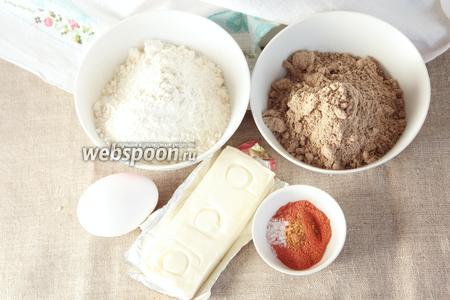 Для приготовления льняных чипсов потребуются следующие ингредиенты: мука льняная, мука пшеничная, сыр плавленый, яйцо куриное, паприка молотая сладкая, молотый перец кайенский, соль.