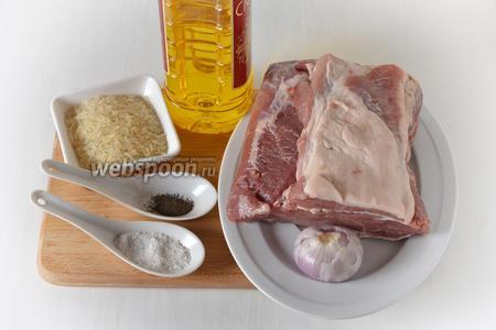 Для работы нам понадобится рис, свинина (ошеек), лук, подсолнечное масло, соль, чёрный молотый перец.
