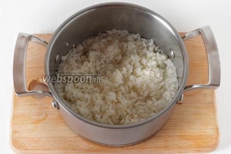 0,7 стакана риса промыть и отварить до готовности.