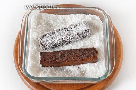 Каждую палочку щедро окунуть со всех сторон в глазурь и обсыпать кокосовой стружкой (200 грамм).