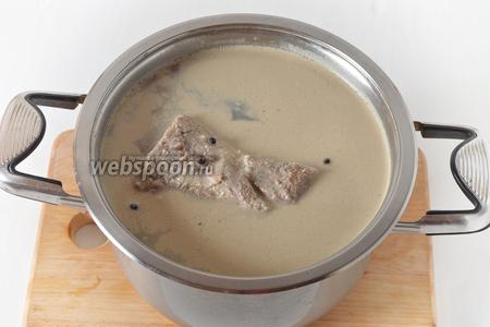 1 килограмм мяса зачистить, промыть и выложить в холодный маринад. На низком огне довести до кипения и проварить 15 минут под крышкой (жидкость при этом должны быть выше мяса). Снять с огня и оставить в маринаде на 1 сутки. Затем на медленном огне снова довести до кипения, проварить 15 минут и оставить до полного охлаждения в маринаде.