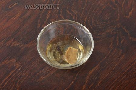 Для заправки соединить 1 столовую ложку подсолнечного масла, горчицу (1 ч. л.), 0,5 столовой ложки яблочного уксуса, 2 щепотки соли, 1 щепотку чёрного молотого перца. Взбить вилкой.