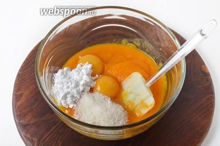 Вмешать в тыквенное пюре желтки 2 яиц, 1,5 столовые ложки картофельного крахмала, 50 грамм сахара. Тщательно перемешать.