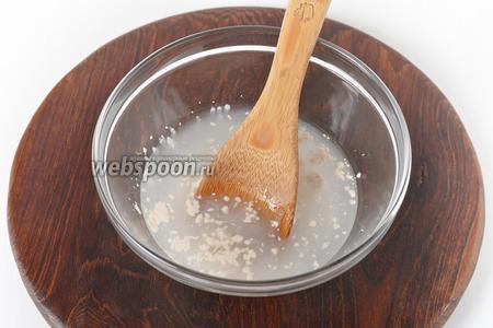 Приготовим тесто. Для этого воду, нагретую до 37°С, соединить с сахаром (1 ч. л.), солью (0,3 ч. л.) и живыми дрожжами (12 грамм). Перемешать.