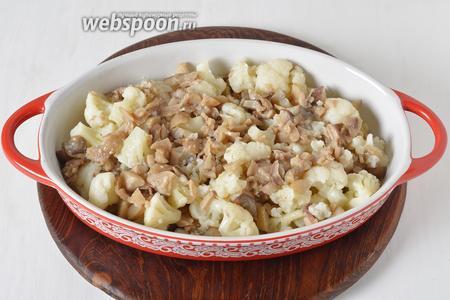 Выложить капусту и грибы в форму для запекания.