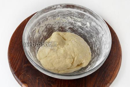 Замесить очень нежное и мягкое тесто. Накрыть полотенцем или пищевой плёнкой и оставить на 15-20 минут.