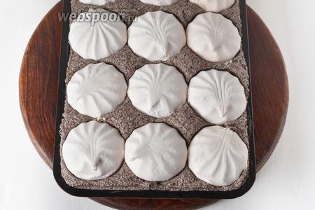 Выложить остывший корж в ту форму, в которой он выпекался. Сверху распределить маковый крем и разложить половинки зефира (350 грамм), вжав их в крем.