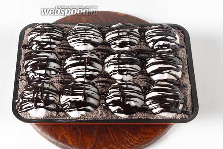 Чёрный шоколад (100 грамм) измельчить, соединить со сливочным маслом (2 ст. л.), растопить на водяной бане и нанести полосками сверху. Отправить торт в холодильник на 2-3 часа.