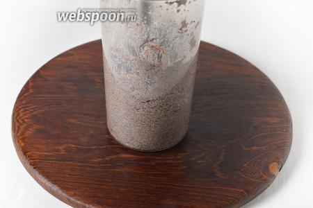 Переложить мак в чашу ручного блендера и измельчить до выделения макового молочка и посветления массы. Остудить.