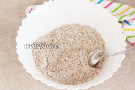 В полученную смесь добавить порциями воду (200 мл +/-) и замесить тесто. Тесто не должно быть тугим, но и не должно очень сильно липнуть к рукам. Незначительная липкость допускается. При необходимости добавить пшеничной муки.