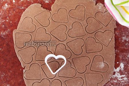 «Отдохнувшее» тесто раскатать в тонкий пласт и вырезать вырубкой для печенья заготовки. Можно просто нарезать квадратиками, примерно 2х2 см, получатся хрустящие подушечки.
