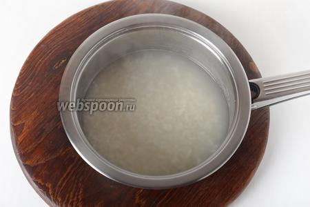 50 грамм риса промыть, соединить с водой (1 литр) и отварить до готовности.