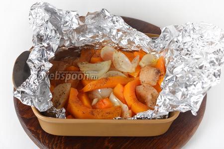 Яблоко 50 грамм, лук 50 грамм и тыкву 300 грамм очистить и нарезать дольками. Посыпать овощи кориандром (0,5 ч. л.), полить подсолнечным маслом (1 ст. л.), перемешать, завернуть в пищевую фольгу и запекать при 190°С до мягкости тыквы приблизительно 40 минут.