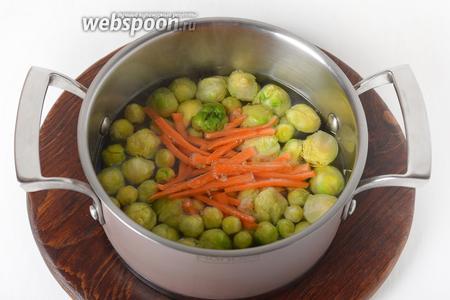 Добавить нарезанную тонкой соломкой и очищенную морковь. Готовить ещё 3 минуты. Сцедить отвар.