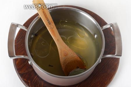 500 мл капустного отвара соединить с сахаром 25 грамм, солью (0,5 ст. л.), подсолнечным маслом (35 мл), уксусом (40 мл), 1 лавровым листом, 2 видами перцев (всего 5 горошин), 1 гвоздикой. Довести до кипения и проварить 1 минуту.