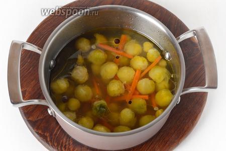 Выложить в кипящий маринад капусту и морковь. Довести до кипения и сразу снять с огня. Охладить в кастрюле до комнатной температуры.