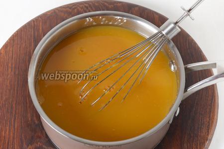 В сотейнике соединить 1 литр апельсинового сока, 100 грамм сахара и порошок апельсинового киселя (120 грамм).