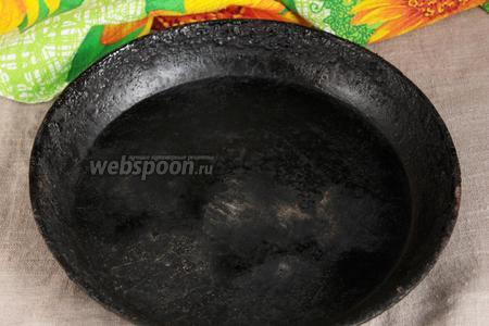 Для приготовления чиабатты в идеале нужен камень для выпечки. Но если его нет, то его может заменить вот такая массивная чугунная сковорода. Если уж и её нет, то воспользуйтесь противнем для выпечки. За 30 минут до окончания расстойки заготовок чиабатты, поместить камень или перевёрнутые вверх дном сковороду или противень на решётку в верхней трети духовки. Разогреть духовку вместе с камнем, сковородой до 230°C.