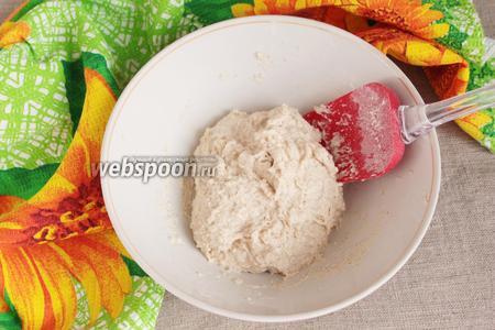 Сначала необходимо приготовить опару. Для опары смешать в миске хлебную активную закваску (50 грамм), воду питьевую (100 мл) и муку пшеничную высший сорт (150 грамм), обязательно предварительно просеянную. Миску необходимо брать с учётом увеличения опары в 2-3 раза. Накрыть пищевой плёнкой и оставить при комнатной температуре до увеличения объёма в 2-3 раза. Для этого потребуется 5-7 часов.