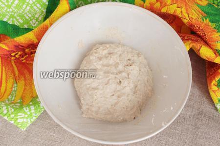 В опару добавить питьевую воду (150 мл), соль (1/2 ч. л.) и оливковое масло (1 ст. л.). Тщательно перемешать. Теперь всыпать предварительно просеянную пшеничную муку (200-250 грамм). Количество муки может меняться из-за разных факторов: влажности в помещении, клейковины муки и так далее. Тесто не должно быть жидким, но должно оставаться мягким и влажным. Так как тесто очень липнет к рукам, то месить его можно силиконовой лопаткой в течение 10-15 минут. После замеса переложить тесто в миску, которую необходимо предварительно смазать маслом. Накрыть снова пищевой плёнкой.