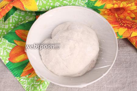После сворачиваний аккуратно уложить тесто в миску, смазанную маслом. Накрыть пищевой плёнкой и оставить для ферментации при комнатной температуре на 1 час.