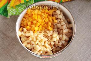 Нарезать мякоть яблок, груш и тыквы на мелкие кубики. Перемешать. Фруктово-тыквенная начинка готова.