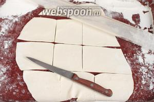 Теперь из «отдохнувшего» теста необходимо раскатать сочни удобным для вас способом. Можно раскатать общий пласт и нарезать ножом на квадраты или вырезать круглой вырубкой сочни как для вареников. Можно сделать жгут из теста, нарезать его на «пяточки» и каждый отдельно раскатать в круглый сочень. При необходимости припылить поверхность для раскатывания пшеничной мукой.
