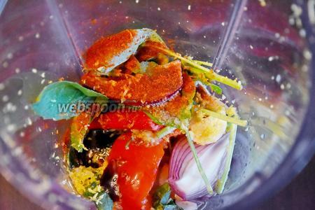 Добавить ко всем ингредиентам паприку (0,5 ч. л.), оливковое масло (2 ст. л.), вустерский соус (1 ст. л.), белый винный уксус (1 ст. л.) и соль (0,5 ч. л.).