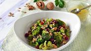 Фото рецепта Салат из брокколи с кисло-сладкой заправкой